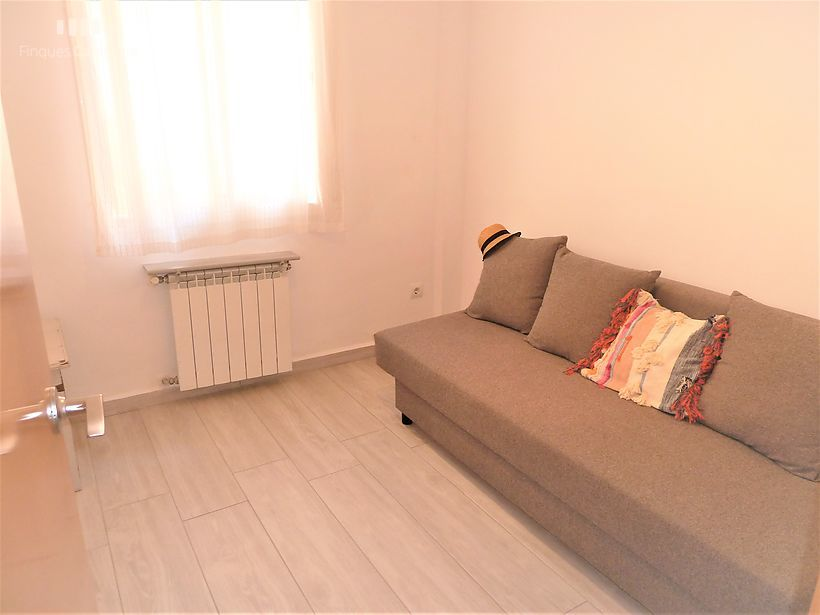 Refurbished apartment in 2nd line of Palamós with two rooms and terrace.