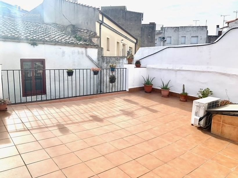 Village house in Palamós with a garage for 3 cars and two large terraces.