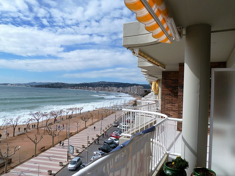 Penthouse in first line of Palamòs, with spectacular sea views.